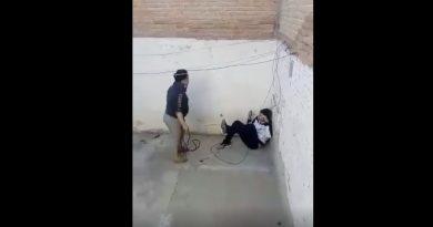 VIDEO:Policía busca a madre que azotó a su hijo con un lazo