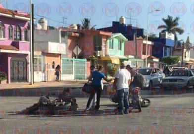 Choque entre dos motocicletas deja una mujer herida