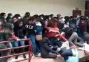 El impactante momento en que varios estudiantes caen de un cuarto piso