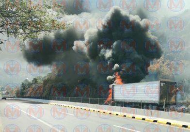 Arde en llamas tráiler sobre la autopista Tepic-Villa Unión