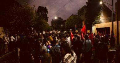 Manifestantes apoyan a Evo Morales desde la embajada de Bolivia en México