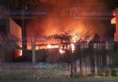 Se registra voraz incendio en bodega de la capital nayarita