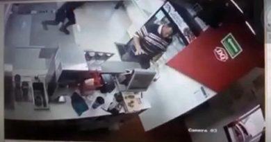 Sujeto agrede a golpes a empleados de negocio de nieves en Tepic