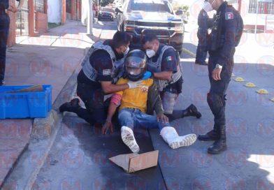 Motociclista resulta herido tras derrapar sobre la calle Bucerías